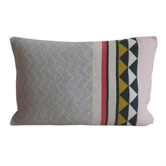 You can never have too many cushions! Give your old couch a face-lift with the Vilma cushion cover from FunkyDoris, knitted in brushed cotton with a striking pattern. Combine the cushion cover with other products from FunkyDoris to create a vivid feel in your home! Available in different colors.