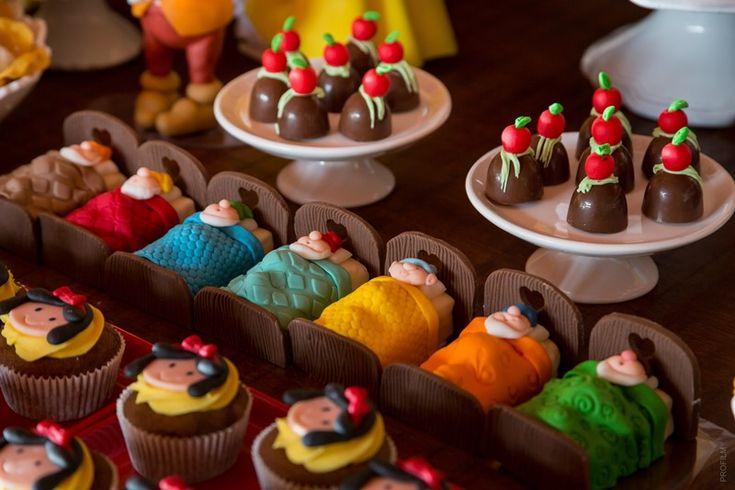 Cupcakes decorados para Branca de Neve e caminhas de chocolate com os sete anões - Clara - 04 anos