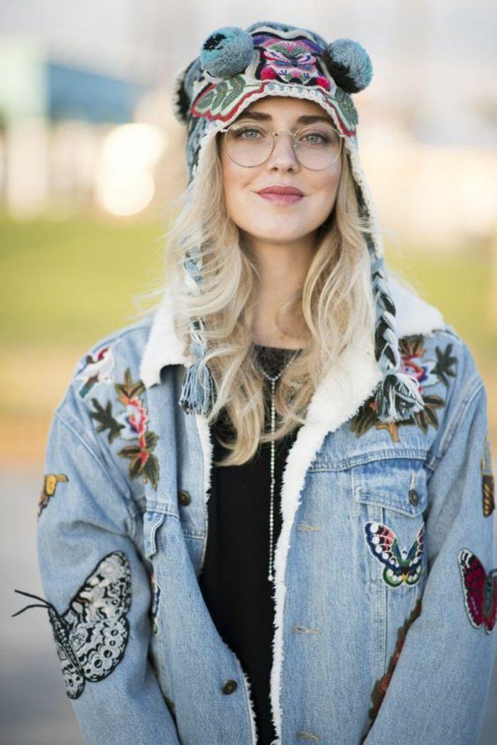 jeune fille habillée en style hippie chic et glamour, lunette ronde femme, comment  choisir ses lunettes, look en veste avec denim bleu avec des broderies ... 979a6c108a5c