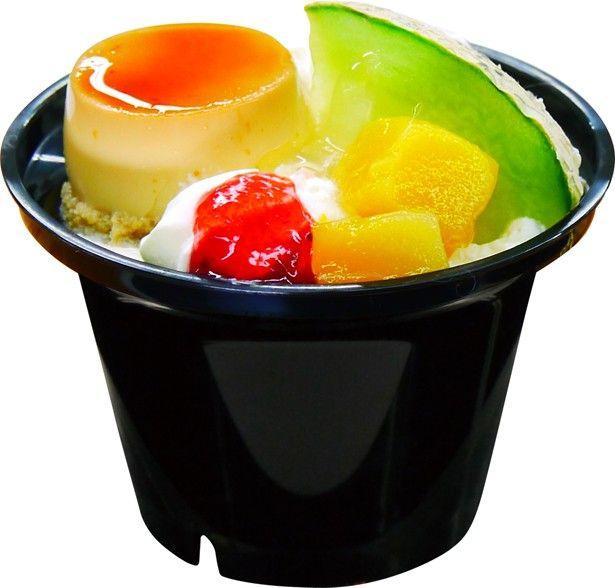 「コミットプリンパフェ」(オープン価格)。トッピングのプリンは水を一切使用しておらず、卵と牛乳の豊かな風味を楽しめる