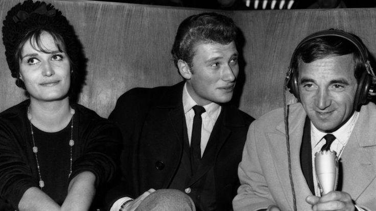 Dalida, Johnny Hallyday et Charles Aznavour dans une émission de radio tournée à l'aéroport d'Orly en 1962. Le chanteur a alors une allure classique.
