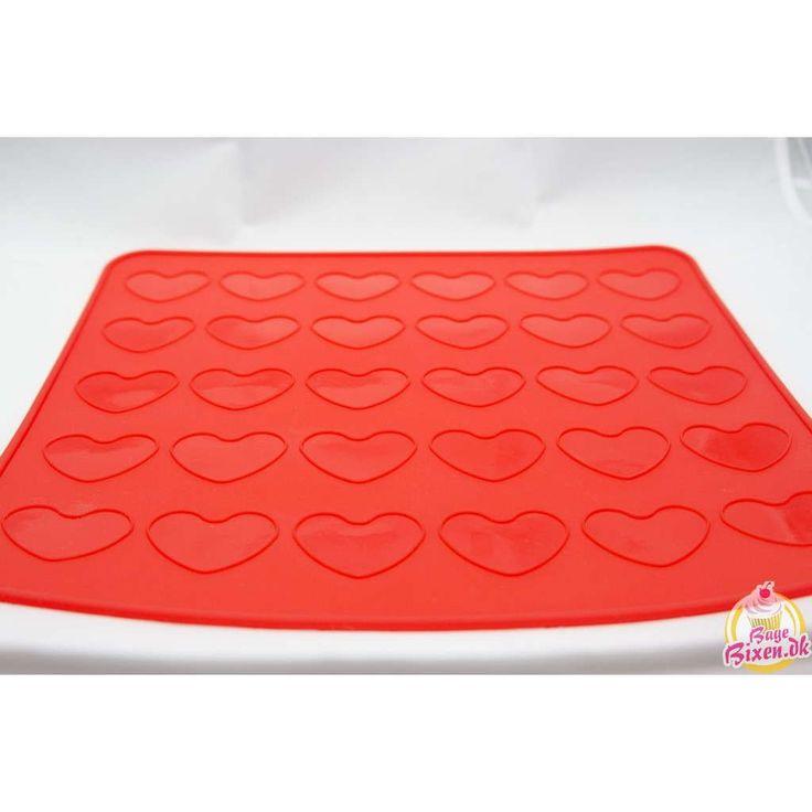 Lav flotte hjerteformede macarons med denne silikone bagemåtte. Der er plads til 30 halvdele = 15 færdige hjerte-macarons. Velegnet til ovn, mikroovn og fryser. Tåler maskinopvask...