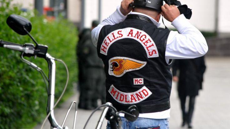 """Kaum jemand außerhalb des Klubs weiß, wie die Hells Angels sich organisieren. Doch jetzt packt ein ehemaliges Mitglied der Motorrad-Gang aus - Kassra Z. (26). Er war jahrelang Mitglied im Berliner Chapter der """"Hells Angels"""". Nun ist er laut Bild-Zeitung wichtiger Kronzeuge im Prozess gegen seine ehemaligen Rocker-Kollegen. Gegenüber der Bild-Zeitung hat er einen Einblick in die Regeln der Rocker gewährt."""