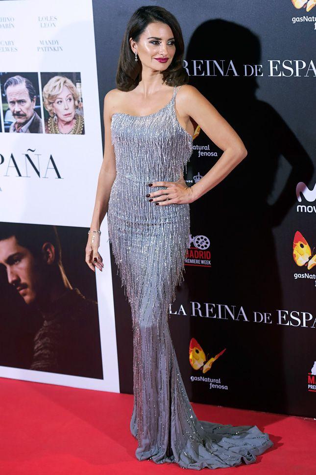 Пенелопа Крус в платье Atelier Versace и украшениях Messika на премьере фильма «Королева Испании» в Мадриде