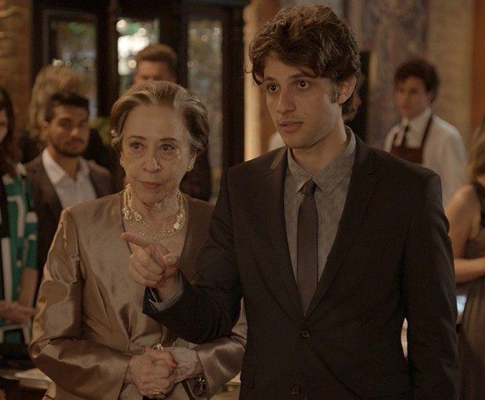 Teresa e Rafael ouvem poucas e boas de Consuelo (Foto: TV Globo)