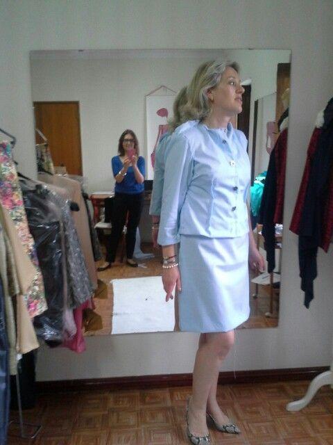 Primeira prova do casaco e vestido azul claro.