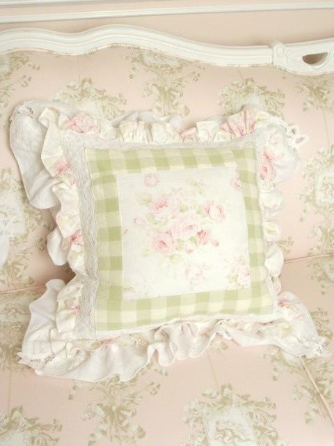 Pretty shabby chic pillow WHITE / LACE & LINENS I Pinterest Shabby Chic Pillows, Shabby ...