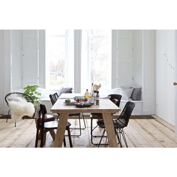 De Eekhoorn je nizozemská designová značka, která se rozhodla obohatit svět interiérů a bydlení o nestárnoucí kousky, co stojí na pomyslném vrcholu designu. Jejich kvalitní zpracování, dokonalé tvary a materiál, to vše je nezbytnost pro každého, kdo vyznává vysokou kvalitu a neotřesitelně krásnou estetiku. A tak jestli hledáte do své jídelny odolný, esteticky povedený a velký jídelní stůl, jste tu spolu s dubovým stolem Almond na správném místě.  Stůl je vyroben z dubového dřeva, které…