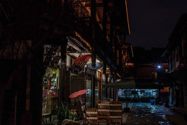 Chengdu market at night. Chengdu is the capital of Sichuan province located in the southwest of China. In the nine districts of Chengdu 4.52 million people live.  ____ #Chengdu #China #Market #openmyworld #inspiremyinstagram #awesomepix #momentslikethese #imagelogger #theartofslowliving #feelinggood #neverstopexploring #wanderlust #adventure #traveling #reizen #bucketlist #instatravel #travelgram #ilovetravel #traveladdict #travelguy #letsgoeverywhere #photooftheday #nikon #travelphoto