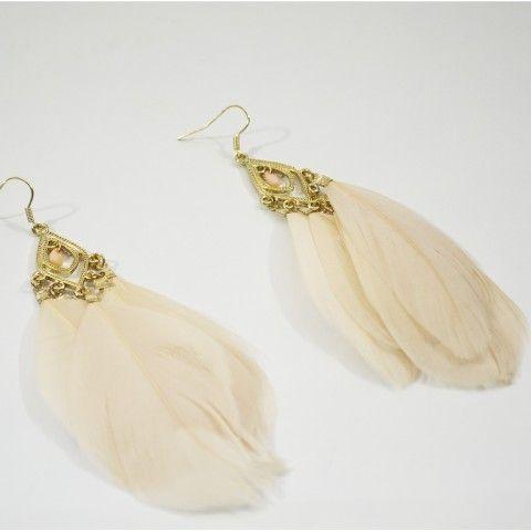 Boucle d'oreille à plumes de couleur rose avec petite une perle rose. #boucledoreille #jewels #earring
