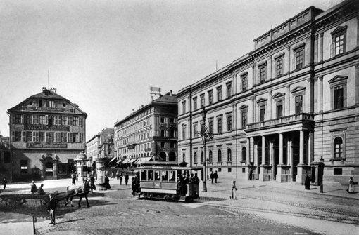 ...das Kronprinzenpalais an den Königsbau an. Es wurde 1846 bis 1850 gebaut, im Krieg schwer beschädigt und 1968 endgültig abgerissen. Im Bild aus dem Jahre 1900 fuhren Straßenbahnen über den Schlossplatz. Das taten sie... Foto: Landesmedienzentrum Baden-Württemberg
