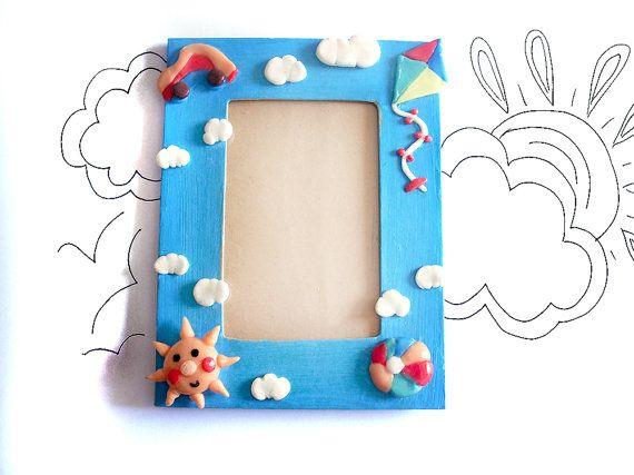 Cornice portafoto bambino azzurra con aquilone, palla da gioco, macchina e sole sorridente dipinta e decorata a mano in porcellana fredda