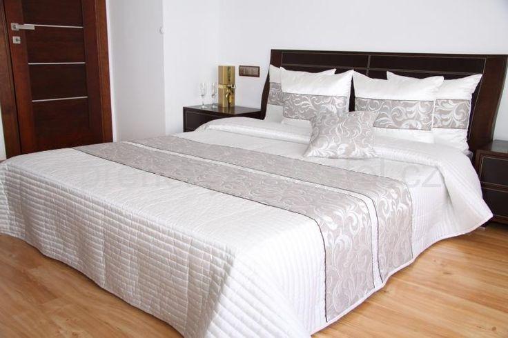 Bílý luxusní přehoz přes postel se stříbrným vzorem