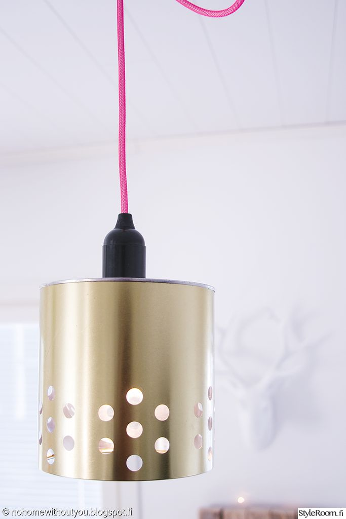 """Värikäs johto tuo viimeisen silauksen käyttäjän """"Nohomewithoutyou"""" itse tekemään lamppuun. Kiva keino tuota pilkahdus väriä sisustukseen! #styleroom #inspiroivakoti #diy #valaisin"""