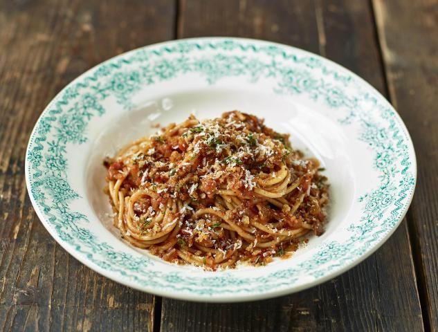 Jamies vegetarische spaghetti bolognese met gekruid broodkruim & parmezaan