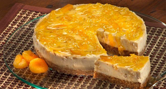 torta de ricota com nozes e calda de damasco