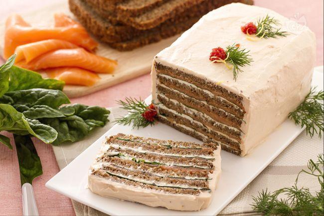 La torta di salmone è un antipasto sfizioso e originale, molto facile e veloce da preparare, perfetto per una tavola di Natale.