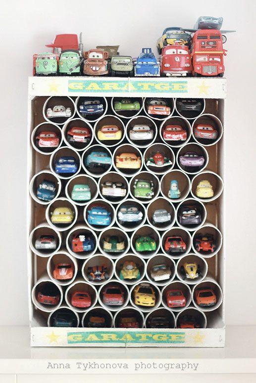 Qué garaje más divertido!! Hecho por el niño con una caja y cartones de rollos de papel. http://petit-on.com/2013/03/26/diy-garaje-nino-manualidades-rollo-pape/