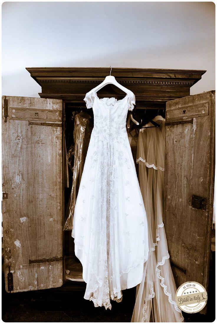 A lovely, vintage, lace dress. Ph Alessandro Zingone http://www.brideinitaly.com/2013/01/zingone-bracciano.html