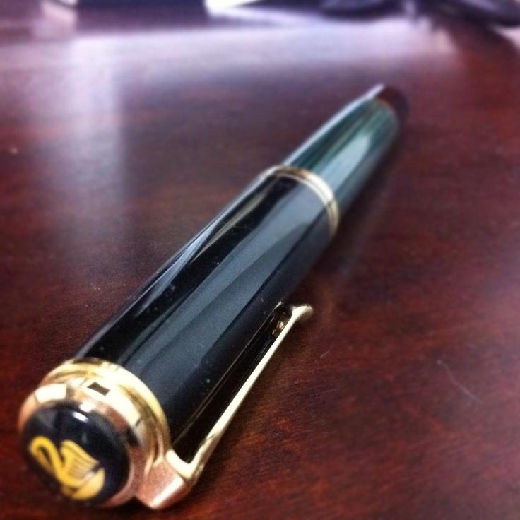 母から譲り受けた大切な宝物の一つ。ペリカンの万年筆「スーベレーン」です。私が緑を好きになったキッカケも、この万年筆です。少し太めなので、なかなか使い所がなくて困っているのですが。それでも機会を作っては使うようにしているものです。