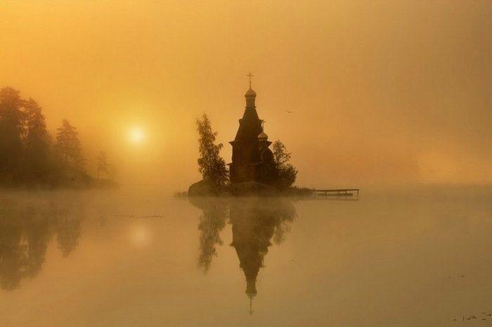 Στη μέση μιας λίμνης, σε σκηνικό που θυμίζει παραμύθι, βρίσκεται ένα εκκλησάκι…
