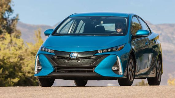 Хэтчбек гибрид Toyota Prius Prime 2017 / Тойота Приус Прайм 2017 – вид спереди