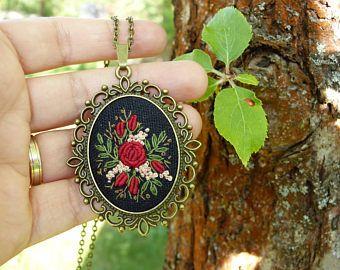 Colgante bordado, cordón, collar de rosas rojas, colgante de estilo Retro, vintage, regalo para ella parecen Vintage, joyas antiguas de costura
