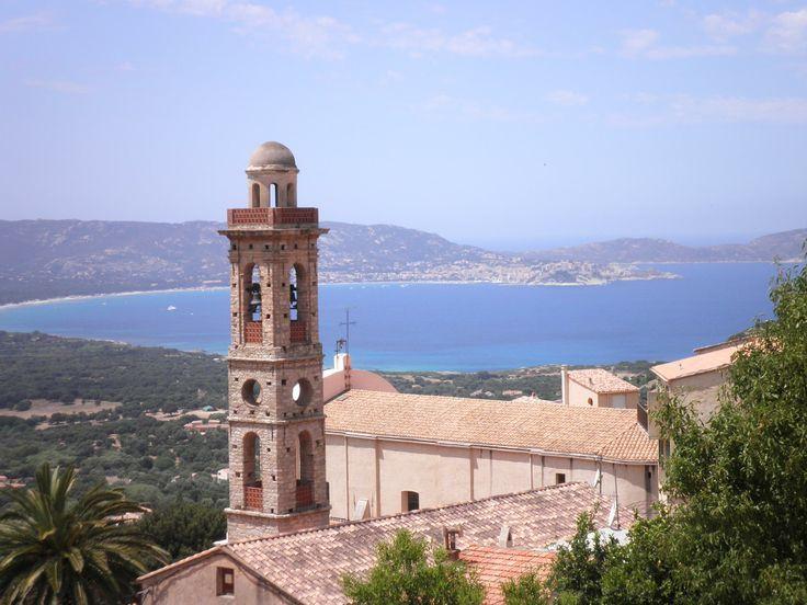 Corse : Le petit village de LUMIO dominant le Golfe de Calvi. Photo de Bernard Martinez.