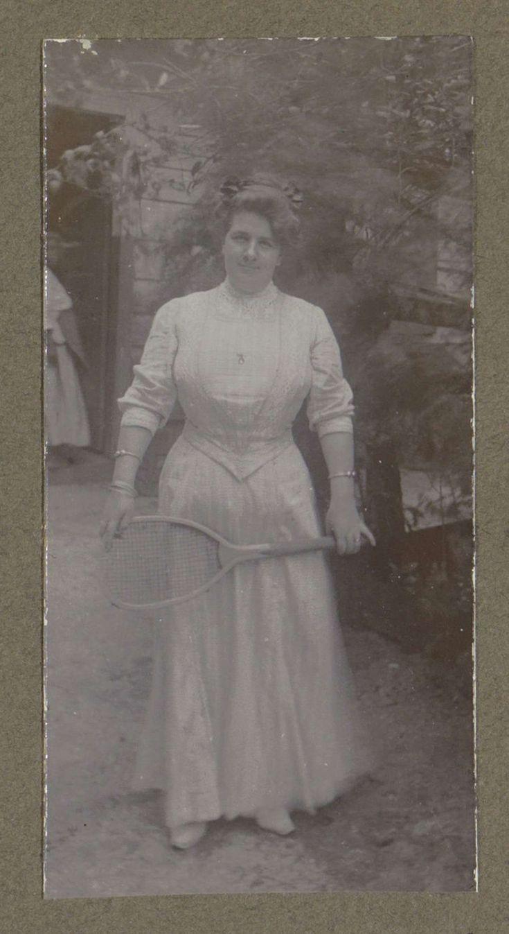 Vrouw met tennisracket in Suriname, anoniem, ca. 1920 - ca. 1930