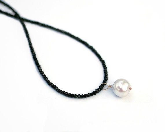 Espinela negro collar collar de la perla blanco por GreeneGems