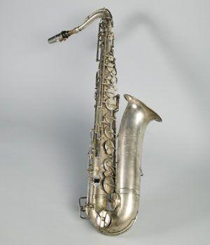 """SAXOFÓN En 17 de mayo de1846 el clarinetista y constructor de instrumentos belga, Adolphe Sax, hijo del conocido fabricante Charles Joseph Sax obtuvo la patente de un invento que había venido madurando desde hacia unos años. Se trataba del """"saxofón"""" que con el tiempo reduciría su nombre en el uso coloquial al de """"saxo"""". Sax intentaba dotar de un mayor volumen a los instrumentos de lengüeta, y acercar las tímbricas de la madera y del metal. Se puede decir, generalizando, que el saxofón une..."""
