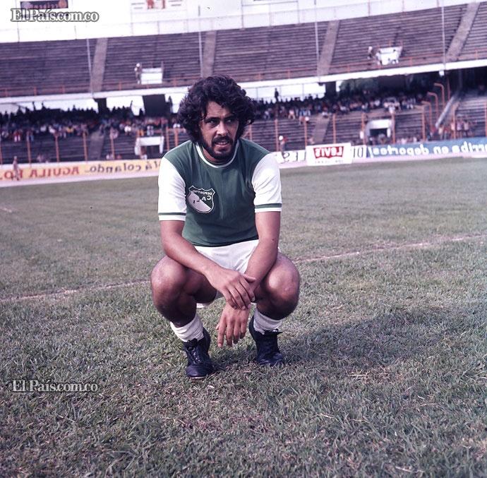 Ernesto Juan 'Cococho' Alvarez    El 25 de febrero de 1981, ante el Gobernador Luis Fernando Londoño y el Gerente deportivo Humberto Palacios, el 'Cococho' firmó carta de nacionalización como colombiano.