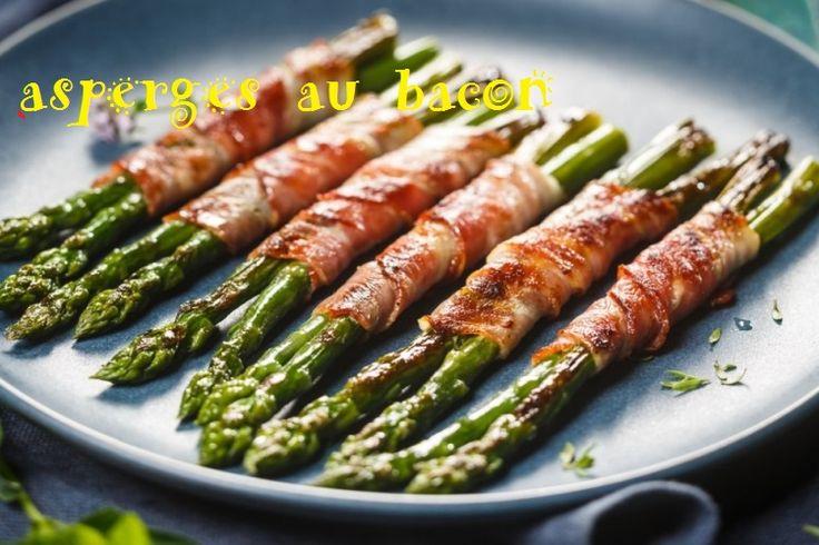 dizaine de tranches de bacon 1 lb d'asperges fraîches   Préchauffer le four à 400 °F (205 °C).  Mettez le bacon dans le papier d'aluminium et faites cuire au four pendant environ 5 minutes afin de le précuire. Attendez que le bacon refroidisse.  Casser les asperges afin d'enlever le bout fibreux et de garder seulement la bonne partie de la tige et les feuilles. Enrouler un morceau de bacon autour de 2 ou 3 asperges pour faire des petits paquets.  Faites cuire au four pendant environ 15