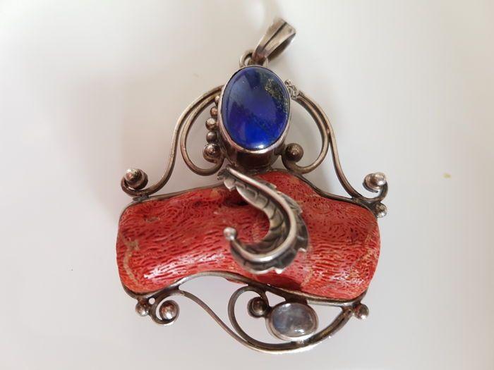 Vintage zeldzame zilveren pedant met ketting  Zeer mooie grote pedant met lapis lazuli stierf koraal en Bergkristal met zilveren ketting.Zeer goede vintage staat.Pedant is hallmarked 925 zilver en anderen moeilijk te lezen van postzegels.De keten is hallmarked 925.Afmetingen:Pedant:Gewicht 26 gGrootte van pedant lengte ca. 45 cm hoog ongeveer 5 cmZilveren ketting:Lengte 42 cmBreedte 3 mmGewicht 6 gVerzekerde en het bijhouden van de post.  EUR 1.00  Meer informatie