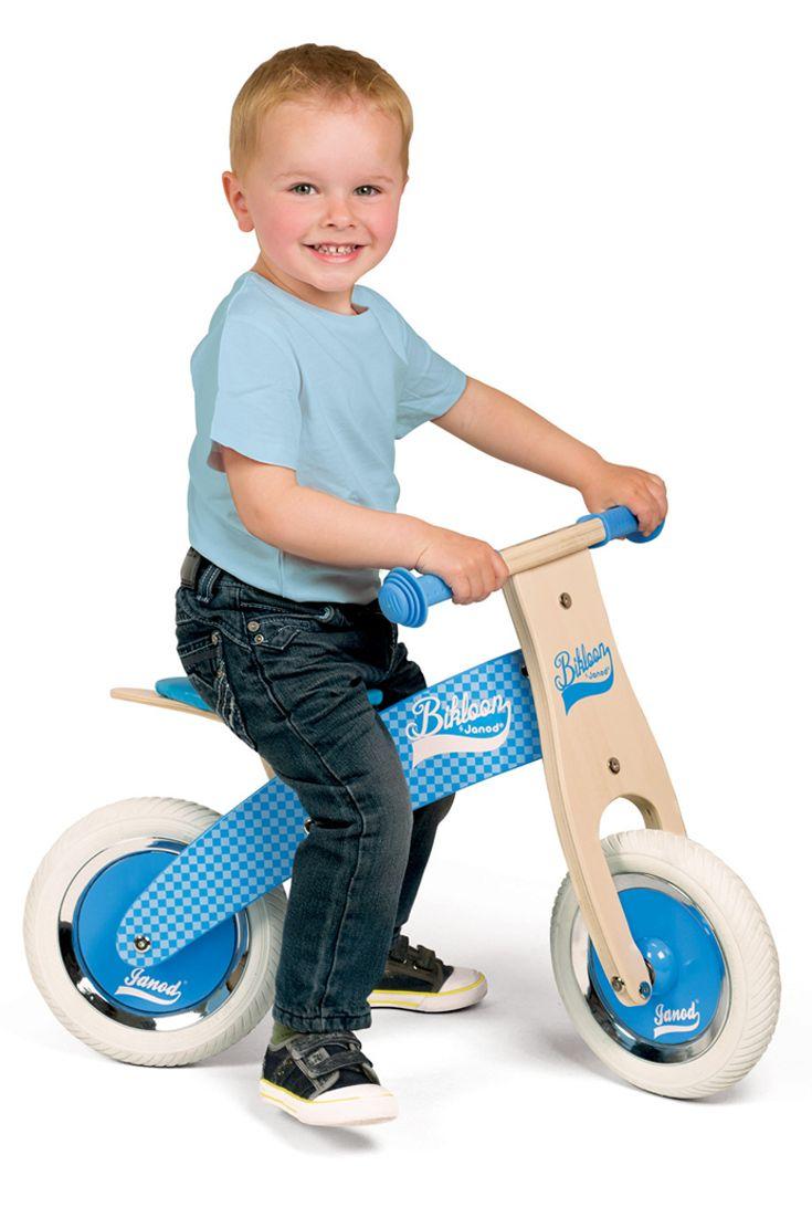 Drevené odrážadlo Little Bikloon Janod je krásna hračka z dreva vhodná pre deti od 2 do 4 rokov. Výška rúčky je 51 cm, výška sedadla sa dá pohodlne nastaviť na 32-35 cm a jeho celková dĺžka je 70 cm.