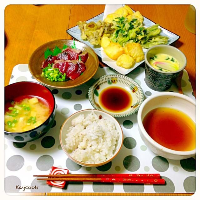今日は天ぷらメイン。竹の子、絹さや、三つ葉、舞茸、白身魚の五種。お出汁でいただきました。鰹のたたきは、ポン酢で。どちらも年中食べれるけど、やっぱり春を感じました☺ 茶碗蒸し、お味噌汁も一緒に。和食な夕飯でした - 58件のもぐもぐ - 天ぷら(5種)と初鰹で夕飯 by Kaycook