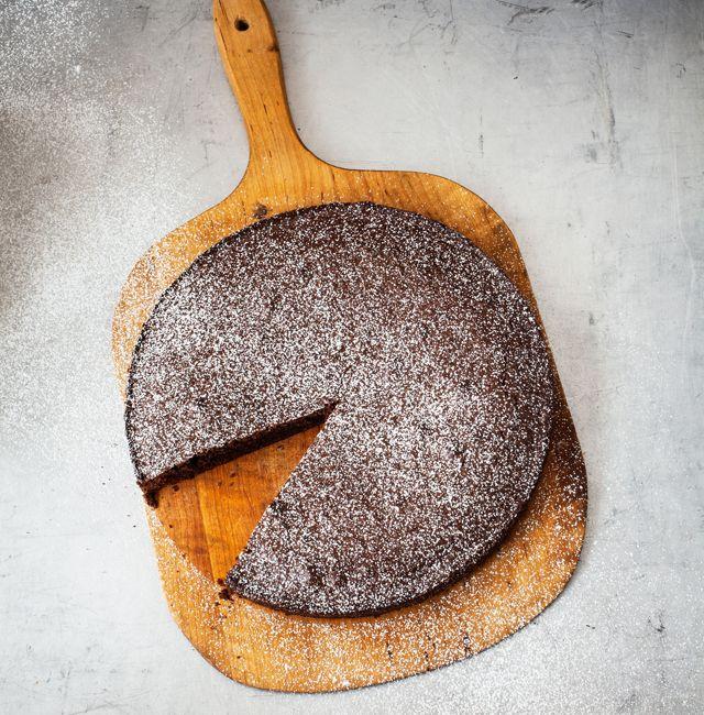 """Helt enkelt en vanlig kladdkaka. Få skulle känna skillnaden mellan denna och en """"vanlig"""". Kladdkaka kan vara världens godaste bakverk - kanske just den här. Recepten kommer ur boken Friendly bread av Karin Moberg och Oscar Målevik."""