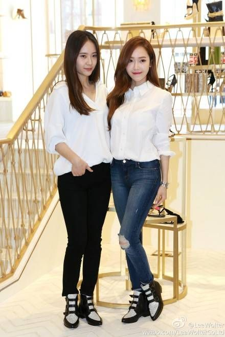 More pictures revealed of Jessica and Krystal in Los Angeles   http://www.allkpop.com/article/2014/04/more-pictures-revealed-of-jessica-and-krystal-in-los-angeles