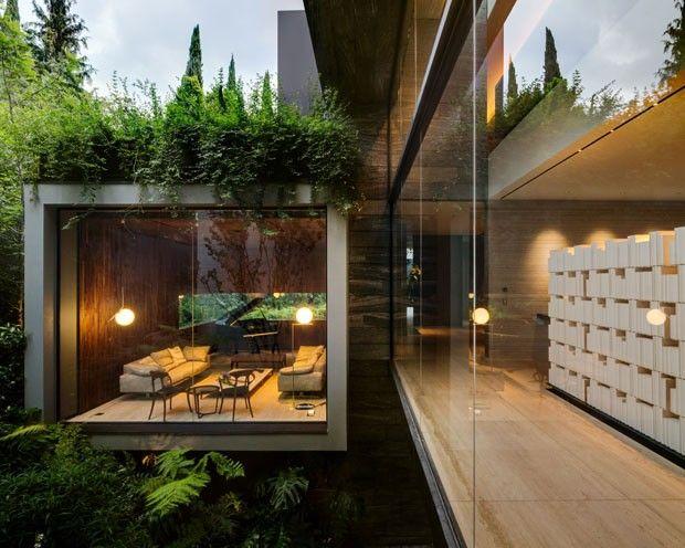 À distância ela parece flutuar. Elementos brutos, luz natural, jardins e aberturas na construção entram em sintonia para causar essa impressão