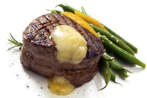 El filet mignon es una de las preparaciones típicas por excelencia, es muy útil y algunos lo consideran una de las recetas magistrales que todo cocinero debe saber. Por ello, quiero compartir algunos secretos sobre esta receta. Anímate y realiza un perfecto filet mignon.Ingredientes:Un filete de 3.8 cm de espesorAce