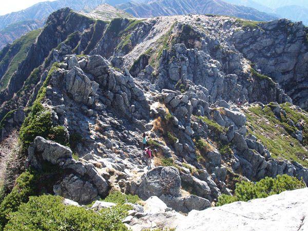 遠く空木岳に続く稜線が見える。宝剣岳|中央アルプス登山ルートガイド。Japan Alps mountain climbing route guide