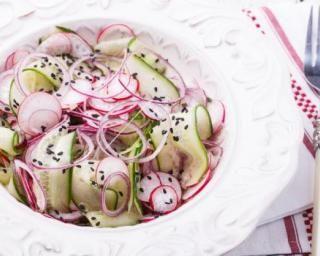 Salade de concombre aux radis à la japonaise : http://www.fourchette-et-bikini.fr/recettes/recettes-minceur/salade-de-concombre-aux-radis-la-japonaise.html