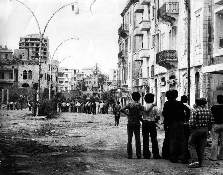 شبان من السوديكو (المسيحيين) ومن شارع محمد الحوت (المسلمين) وجها لوجه عند المعبر خلال وقف لإطلاق النار 16-11-1976