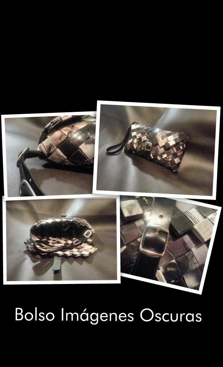 El Bolso Imágenes Oscuras es una bolso de mano con cierre de hebilla y correa de cuero adornada cinturones anillas de refresco de cola. Sus medidas son 20 x 9, 5 x 2 cms. (largo x alto x ancho)
