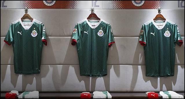 Algunos aficionados del o no son los únicos descontentos con el nuevo uniforme de su equipo, el cual evocará al patrotismo con la camiseta verde, el short blanco y las calcetas rojas. A Adidas, firma que viste a la Selección Mexicana, no le gustó ni tantito que Puma armara una vestimenta muy similar a la del Tricolor. No es la primera vez que la marca de las tres franjas vive esta situación. Hace algunos años, Nike hizo una campaña similar y vistió así a algunos de sus equipos.