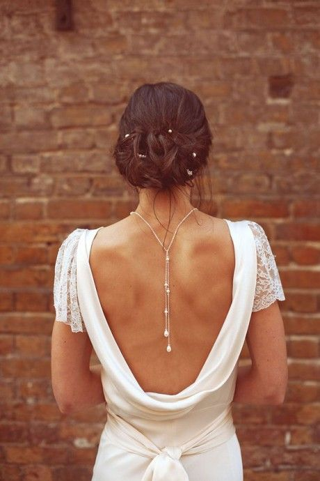 Nouvelle tendance pour les mariés: les bijoux de dos! une belle robe décolletée dans le dos #Wedding #RobeDeMariee
