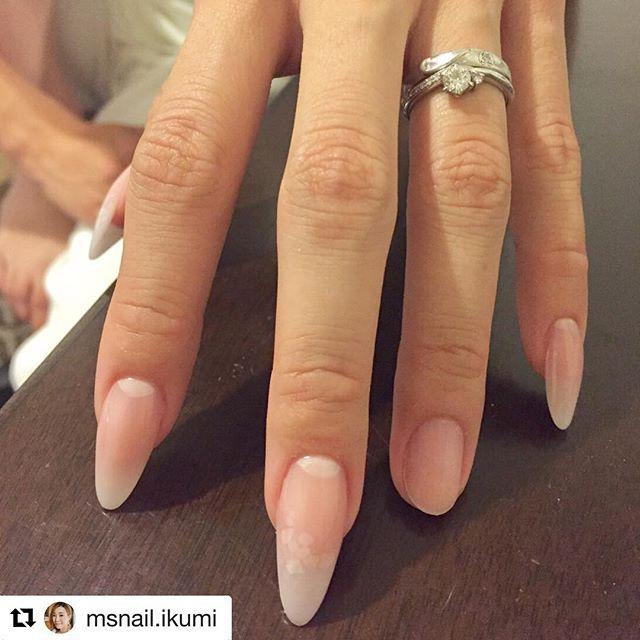 #Repost @msnail.ikumi ・・・ ネイル雑誌✨ 大人の美ネイル💕でのオーナー杉本が製作途中の爪&撮影風景です✨  薬指は本来の私の爪のままになっているんですが、 あまりにも手の印象が違うと思いませんか?😳✨✨ 本当にスカルプは手の整形だなと感じ、思わず写真に残しました✨✨ 撮影では、微妙な指の位置、爪の向きまで調整し、素晴らしいオーナーの作品に似合うよう、エレガントな手つきを意識しました!  初めての撮影に緊張しましたが、 何事もイメージしておくと 本番の助けになる事を学びました🙌  機会を頂き、ありがとうございます!!! @msnail.ikumi  @maimi_sugimoto  ママネイリスト#ネイリスト募集#福井ネイリスト#エムズネイル#msnail#福井ネイル#福井市ネイルサロン#敦賀市ネイル#敦賀ネイル#越前市ネイル#武生ネイル#ネイル検定#ジェル検定#資格取得#ネイル#ネイルスクール#ネイルサロン#JNA認定校 #セルフネイル#深爪矯正#甘皮処理#フット#フットジェル#マニキュア#ネイルケア#乾燥#人気ネイル#ネイリスト#大人の美ネイル