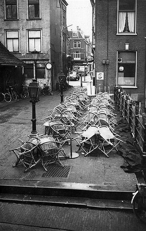 Utrecht op zondag | 1962 | De steeg het Hanengeschrei vanaf de Vismarkt. Op de achtergrond de Steenweg