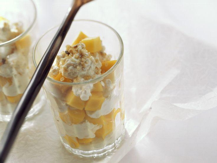 Ein leckerer und vor allem gesunder Nachtisch. Quark-Mango-Dessert mit Haferflocken - smarter - Kalorien: 214 Kcal - Zeit: 20 Min. | eatsmarter.de