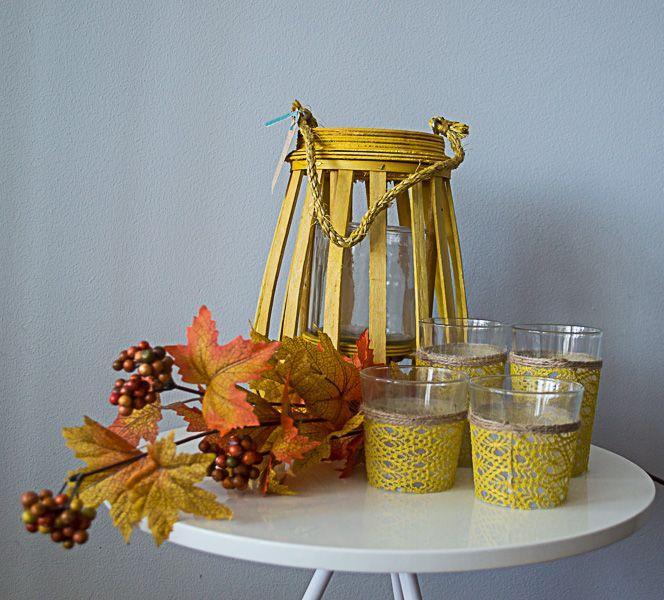 Gele kandelaar 26 cm, glazen waxines met geel kant groot en klein en herfsttak.